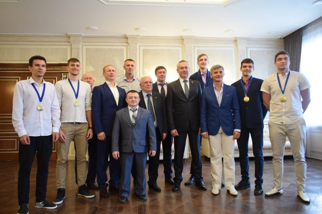 22 июня, в Зале приёмов правительства Новосибирской области временно исполняющий обязанности губернатора Новосибирской области Андрей Травников чествовал наших спортсменов, завоевавших золотые медали на мировых и европейских спортивных аренах
